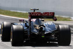 Pastor Maldonado, Lotus F1 Team having problem with his rear wing