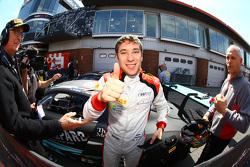 Le vainqueur de la course Robin Frijns fête sa victoire