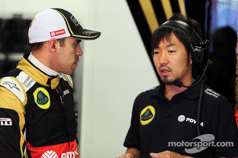 帕斯托·马尔多纳多, 路特斯F1车队,和Ayao Komatsu, 路特斯F1车队比赛工程师