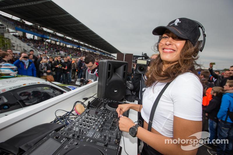 Ein Live-DJ bei Black Falcon in der Startaufstellung