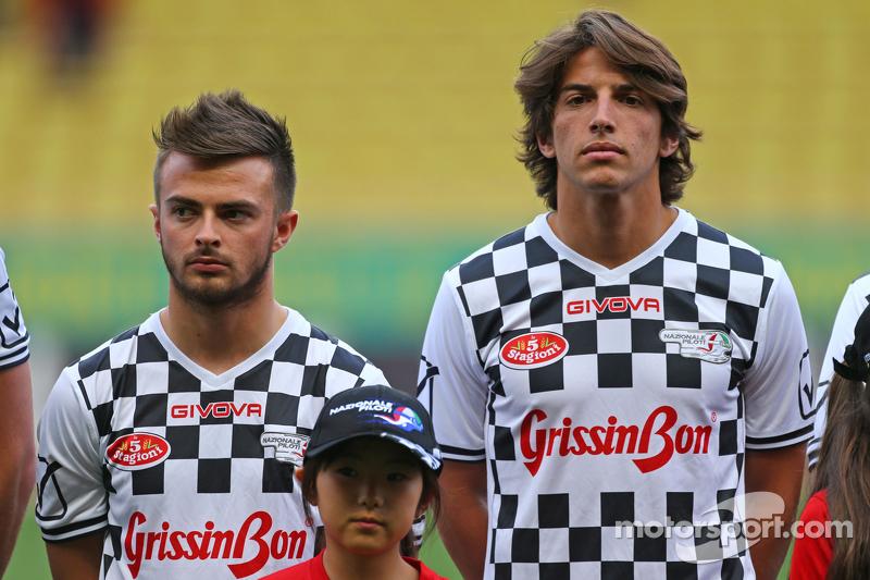 (Kiri ke Kanan): Will Stevens Manor F1 Team dan rekan setim Roberto Merhi Manor F1 Team di pertandingan amal sepak bola