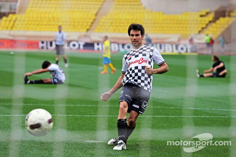 Sergio Perez Sahara Force India F1, beim Fußballspiel für den guten Zweck
