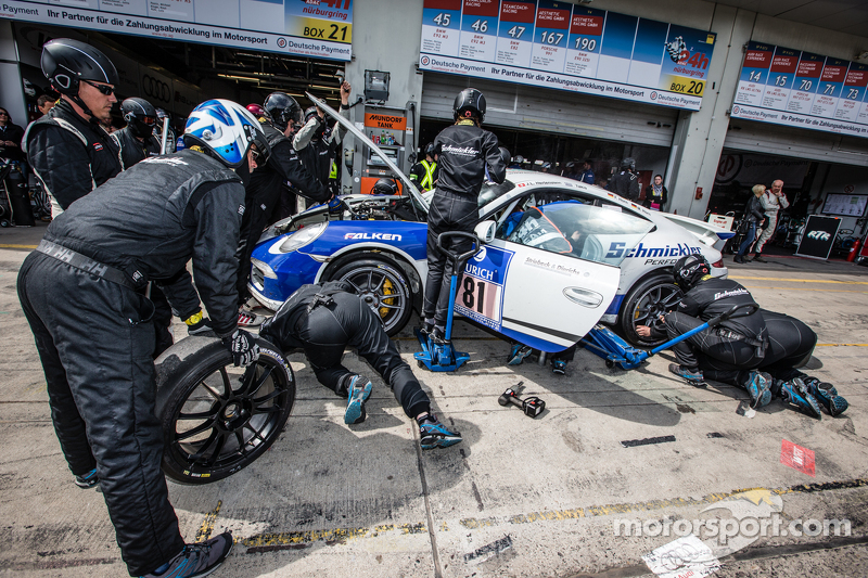 Pit stop for #81 Porsche 991: Markus Horn, Felix Horn, Jean-Louis Hertenstein, Panagiotis Spiliopoulos
