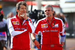 (Von links nach rechts): Massimo Rivola, Ferrari-Sportdirektor, mit Maurizio Arrivabene, Ferrari-Teamchef
