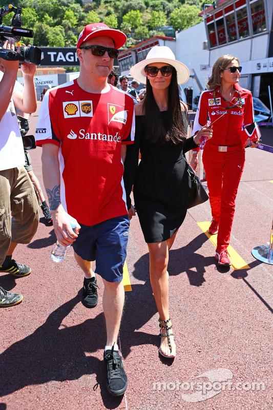 (Von links nach rechts): Kimi Räikkönen, Ferrari, mit seiner Freundin Minttu Virtanen