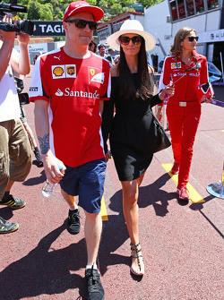 (L to R): Кімі Райкконен, Ferrari з his подруга Мінтту Віртанен,