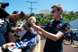 Daniil Kvyat, Red Bull Racing роздає автографи фанатам