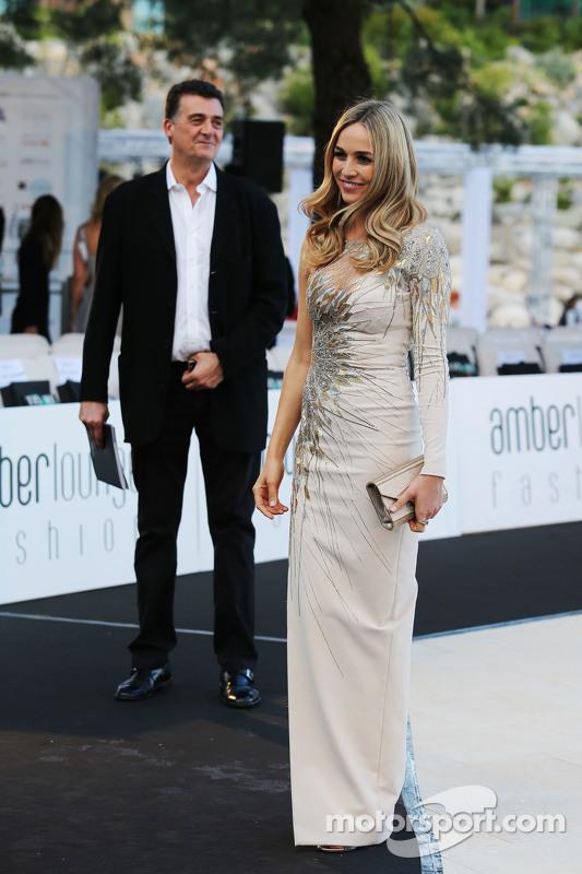 Carmen Jorda, Entwicklungsfahrerin Lotus F1 Team, mit Teamchef-Stellvertreter Federico Gastaldi, bei der Modenschau Amber Lounge