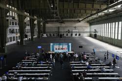 Прес-конференція in a huge hangar