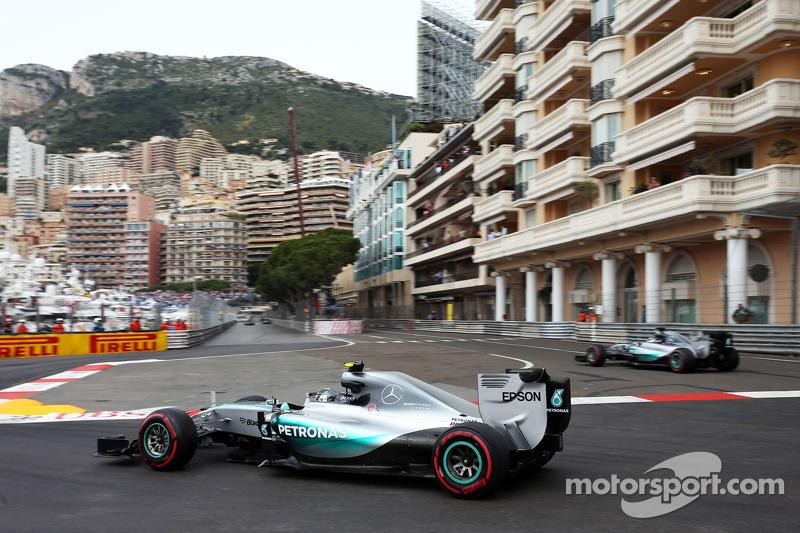 Nico Rosberg, Mercedes AMG F1 W06, und Teamkollege Lewis Hamilton, Mercedes AMG F1 W06, kommt von der Linie ab
