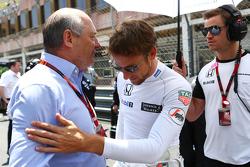 (Von links nach rechts): Ron Dennis, McLarenChef, mit Jenson Button, McLaren, und dessen persönlicher Trainer Mike Collier in der Startaufstellung