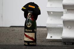 Sampanye dan topi pemenang Nico Rosberg, Mercedes AMG F1