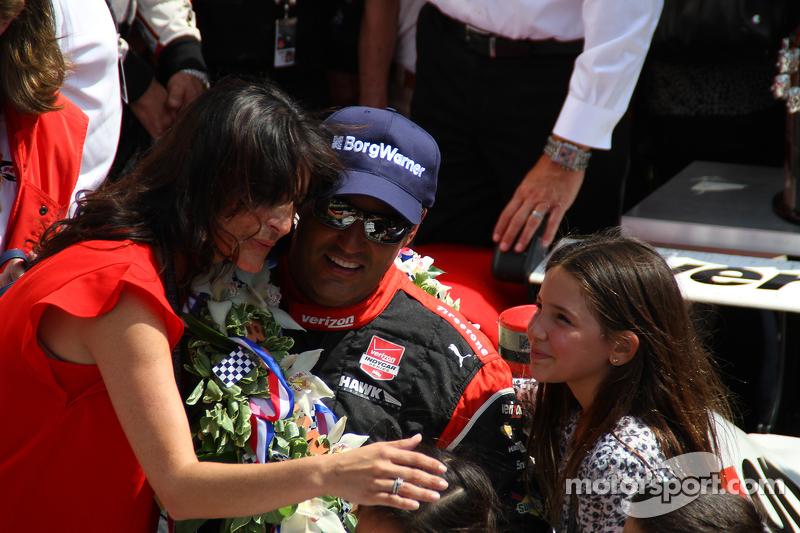 Juara balapan Juan Pablo Montoya, Team Penske Chevrolet bersama his family