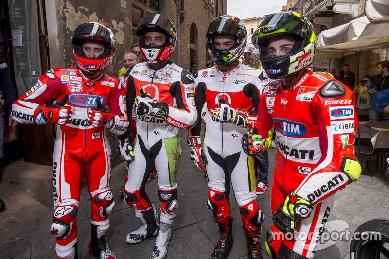 Andrea Dovizio, Ducati Team y Yonny Hernandez and Dani Petrucci, Pramac Racing Ducatis y Andrea Iannone, Ducati Team en Piazza del Campo, Siena