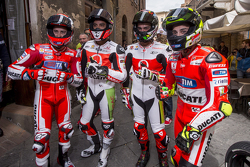 Andrea Dovizioso, Ducati Team e Yonny Hernandez e Danilo Petrucci, Pramac Racing Ducatis e Andrea Iannone, Ducati Team em Piazza del Campo, Siena