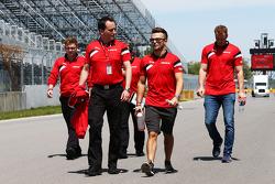 Will Stevens, Manor F1 Team, cammina lungo il circuito con Gianluca Pisanello, responsabile degli ingegneri del Manor F1 Team