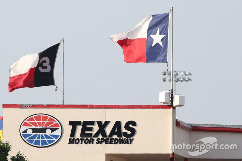 Texas Motor Speedway, Schriftzug und Flaggen