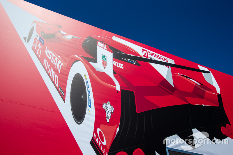Nissan Motorsports transporter, dan logo / signage