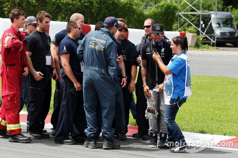Lewis Hamilton, Mercedes AMG F1 bersama course officials di drivers parade
