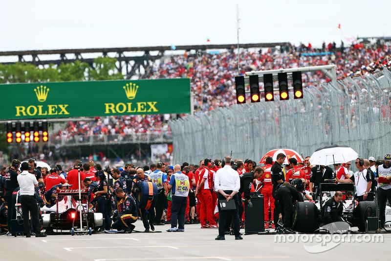 Max Verstappen, Scuderia Toro Rosso STR10 ve Jenson Button, McLaren MP4-30 yarıştan önce gridin en arkasındalar