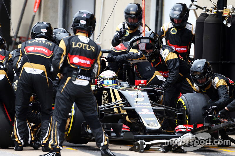 Romain Grosjean, Lotus F1 E23 makes a pit stop