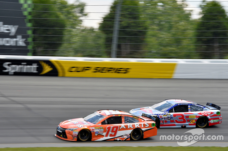 Carl Edwards, Joe Gibbs Racing Toyota dan Austin Dillon, Richard Childress Racing Chevrolet