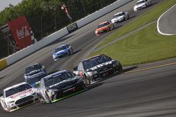 Denny Hamlin, Joe Gibbs Racing, Toyota; Martin Truex jr., Furniture Row Racing, Chevrolet, und Greg Biffle, Roush Fenway Racing, Ford