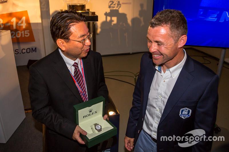 Yoshiaki Kinoshita, vincitore del premio Spirit of Le Mans, ed il Grand Marshal Tom Kristensen