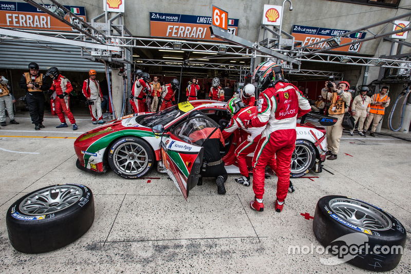 Pit stop for #61 AF Corse Ferrari 458 GTE: Peter Ashley-Mann, Raffaele Giammaria, Matteo Cressoni
