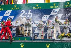LMP1-Podium: Feier mit Champagner