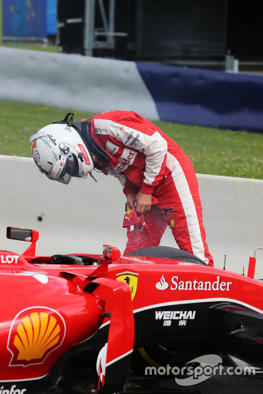 Sebastian Vettel, Ferrari SF15-T stops on the circuit in the first practice session