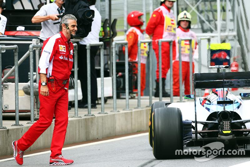 Felipe Massa, Williams FW37, kann Maurizio Arrivabene, Ferrari-Teamchef, im ersten Training in der Boxengasse gerade noch ausweichen