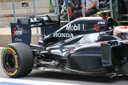 Jenson Button, McLaren MP4-30 - capot moteur et suspension