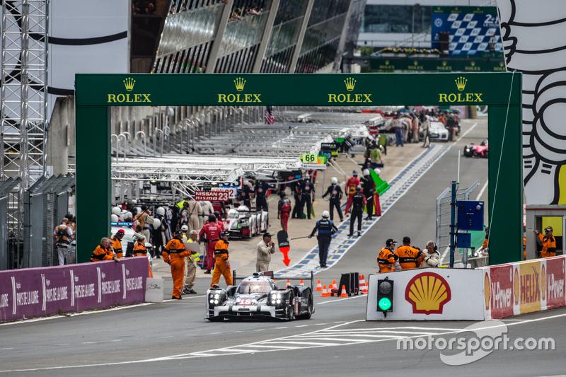 #18 Porsche Team, Porsche 919 Hybrid: Romain Dumas, Neel Jani, Marc Lieb in der Box nach der Installationsrunde