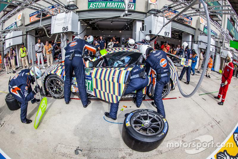 Boxenstopp für #97 Aston Martin Racing, Aston Martin Vantage GTE: Darren Turner, Stefan Mücke, Rob Bell