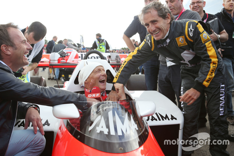 Niki Lauda, Mercedes Non-Executive Chairman di McLaren MP4/2 bersama Alain Prost, di Legends Parade