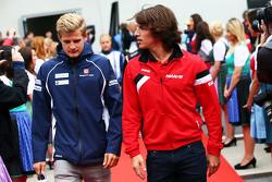 Marcus Ericsson, Sauber F1 Team com Roberto Merhi, Manor F1 Team no desfile dos pilotos