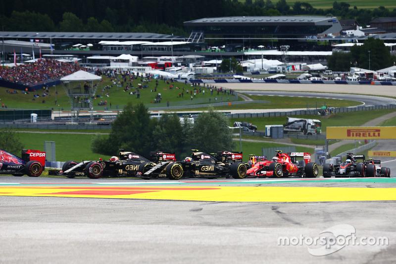 Romain Grosjean, Lotus F1 E23 and Pastor Maldonado, Lotus F1 E23 at the start of the race