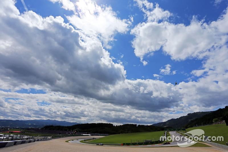 Маркус Ерікссон, Sauber C34 лідирує  Карлос Сайнс мол., Scuderia Toro Rosso STR10