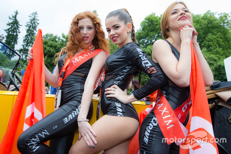 Bezaubernde G-Drive-Racing-Girls