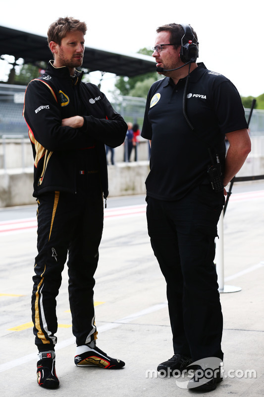 (E to D): Romain Grosjean, Lotus F1 Team com Julien Simon-Chautemps, Engenheiro chefe da Lotus F1 Team