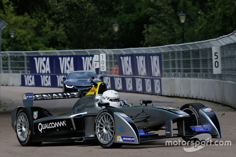 Boris Johnson, Bürgermeister von London, testet ein Formel-E-Auto auf dem Battersea Park Circuit in London