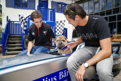 Jérôme d'Ambrosio, Dragon Racing, und Nelson Piquet jr., China Racing, beim Besuch des Battersea-Hunde-Tierheims