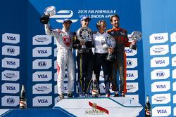Podium 1. Rennen: 2. Jérôme d'Ambrosio, Dragon Racing; 1. Sébastien Buemi, e.dams-Renault; Alain Prost und 3. Jean-Eric Vergne, Andretti Autosport