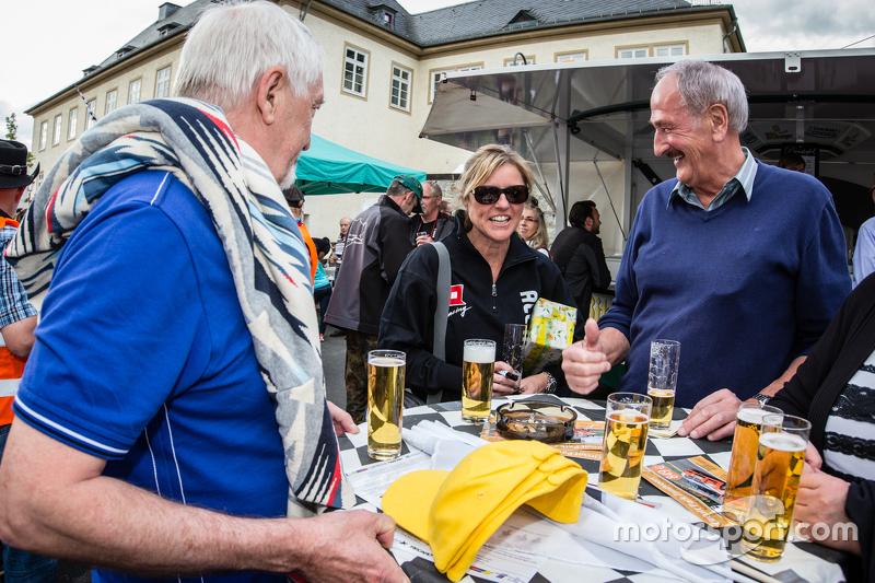 #30 Frikadelli Racing, Porsche 997 GT3 R: Sabine Schmitz mit Freunden