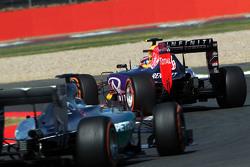 Daniil Kvyat, Red Bull Racing RB11 memimpin di depan Lewis Hamilton, Mercedes AMG F1 W06