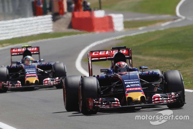 Max Verstappen, Scuderia Toro Rosso STR10 memimpin rekan setim Carlos Sainz Jr., Scuderia Toro Rosso STR10