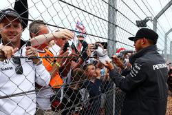 Lewis Hamilton, Mercedes AMG F1, com os fãs
