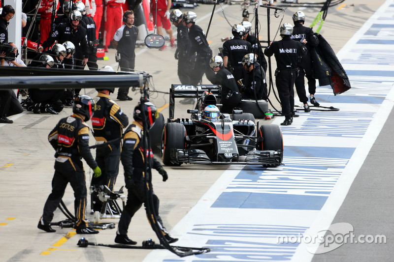 Fernando Alonso, McLaren MP4-30 makes a pit stop
