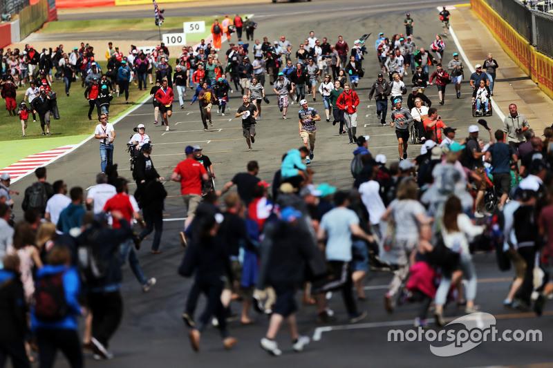 I tifosi invadono la pista a fine gara